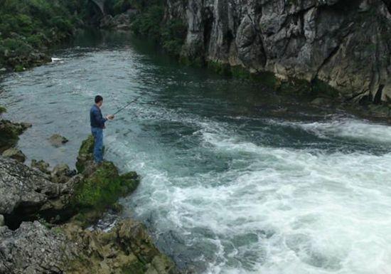 在流水中使用传统钓法的技巧