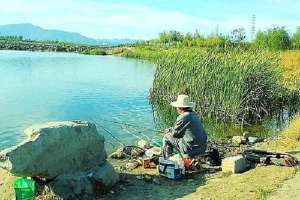 夏季水库怎么钓鱼 水库钓鱼饵料、水深、选竿技巧详解