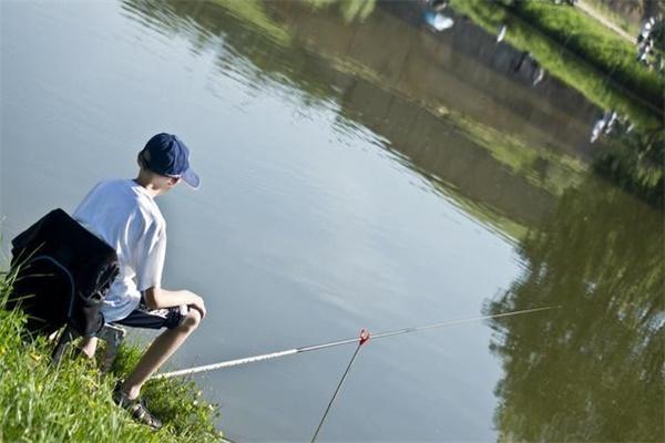 高温天气持续来袭 水域退水但是鱼难钓