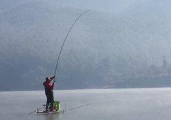 冬季钓鱼选择钓点与打窝留鱼技巧