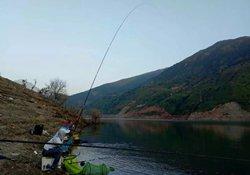 在水库钓鱼时,垂钓者该如何选择合适的钓位
