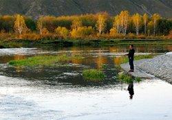 依据气候变化、湖水水色、水中鱼泡寻找鱼类的藏身之处
