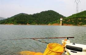 秋季钓鱼的最佳时间点与钓位的选择经验